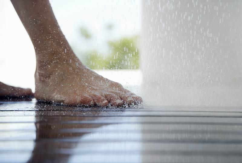 Montaggio posa installazione piatto doccia con box doccia - Togliere silicone dalle piastrelle ...